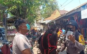 Petugas polisi saat menunggang kuda sosialisasi masker