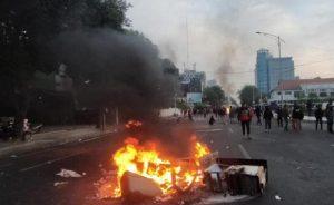 Demonstran Tolak Omnibus Law di Surabaya Dipukul Mundur