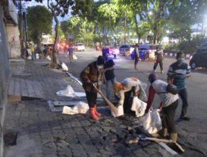 16 Serikat Buruh Demo Tolak Omnibus law, Walikota Surabaya Bersihkan Batu Dijalanan