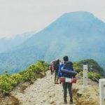 Dua Pemuda Laki-laki Berpose Seksi di Gunung Tanpa Sehelai Benang di Tubuhnya