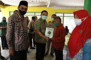 Wakil Bupati Jombang Serahkan Sertifikat Tanah Dalam Program PTSL