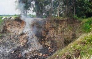 Polisi Mengambil Sampel Abu di Lokasi Ledakan Bekas Galian C Mojokerto Yang Dikira Pesawat Jatuh