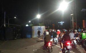 Truk Kontainer Terguling Di Surabaya Mobil Datsun dan Honda Kharisma Ringsek