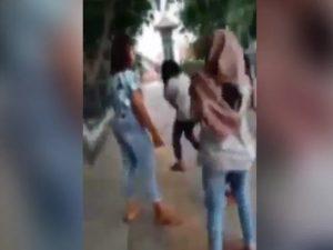 Video Viral Cewek ABG Berjilbab Dikeroyok