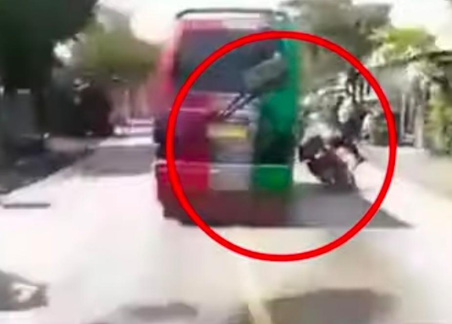 Video Supir Angkot Ugalugalan Hingga Jatuhkan Polisi Viral Di Instagram