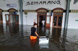 Stasiun Tawang Semarang Terendam Banjir Kereta Api Terpaksa Dialihkan