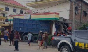 Alami Rem Blong Dum Truk Nyasar Ke Minimarket di Mojokerto