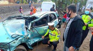 Mobil Sedan Mazda Hancur Dihantam Kereta Seluruh Penumpang Selamat