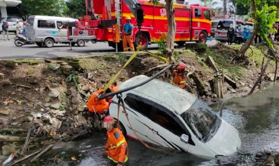 Main HP, Toyota Agya Tercebur Ke Sungai