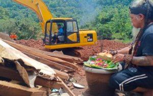 Mbah Gimbal Letakkan Sesajen di Lokasi Longsor di Nganjuk Agar Cuaca Cerah