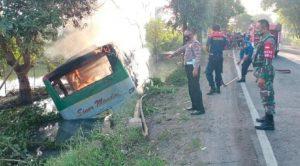 Bus Sinar Mandiri Masuk Parit Hingga Terbakar Di Lamongan