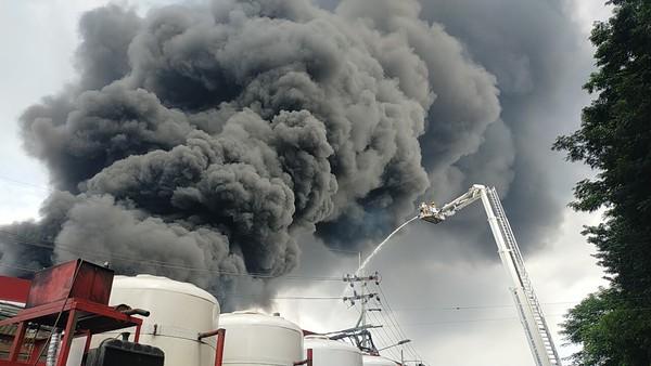 Kebakaran Pabrik Plastik di Surabaya, 15 Unit PMK Dikerahkan Ke Lokasi