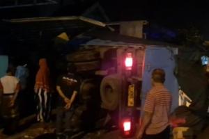 Truk Muatan Pakan Ternak Tabrak Rumah Warga Mojosari Mojokerto Setelah Ban Meletus