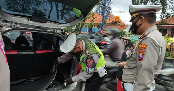 Antisipasi Teror Polisi Lakukan Pengecekan Kendaraan di Surabaya dan Sidoarjo