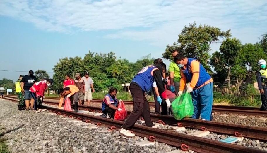 Warga Trowulan digegerkan dengan temuan potongan tubuh manusia yang tercecer di perlintasan kereta api yang berada di Desa Balongwono, Kecamatan Trowulan, Kabupaten Mojokerto