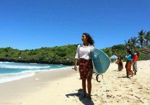 Hari Kartini Para Peselancar Putri di Pacitan Bermain Selancar Kenakan Kebaya