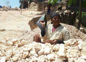 Wanita Perkasa di Tuban Yang Bekerja Menjadi Pemecah Batu