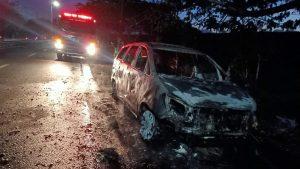 Kijang Innova Terbakar Saat Melintas di Sidoarjo, Tiga Penumpang Selamat