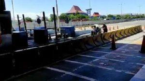 Viral, Becak Melintas di Tol Gresik - Surabaya