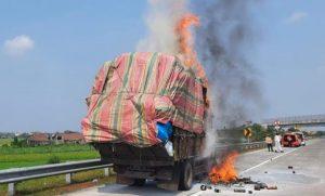 Truk Bermuatan Kertas Terbakar di Tol Jombang Mojokerto