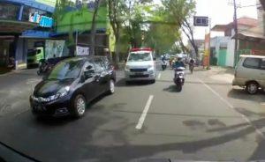 Mobil Honda Mobilio Halangi Ambulance Bawa Pasien Viral