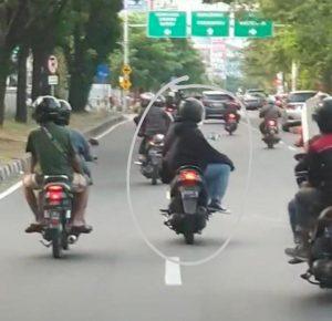 Viral Naik Motor Dengan Gaya Aneh, Pria Ini Jadi Buronan