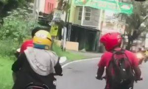 Naik Motor Sambil Pamer Kelamin, Pria Ini Diburu Polisi