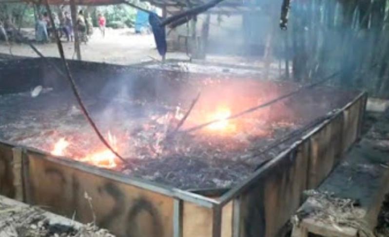 Dianggap Meresahkan, Kalangan Sabung Ayam di Trowulan Dibakar Petugas