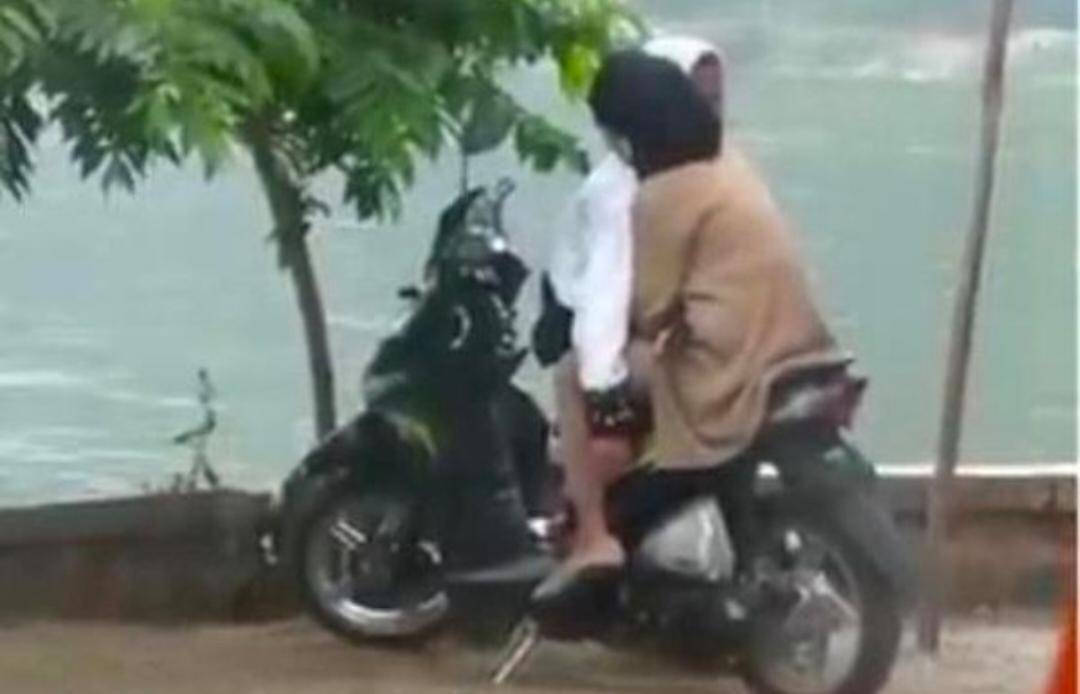 Asyik Mesum Diatas Sepeda Di Telaga Ngebel Pasangan Muda Mudi Viral