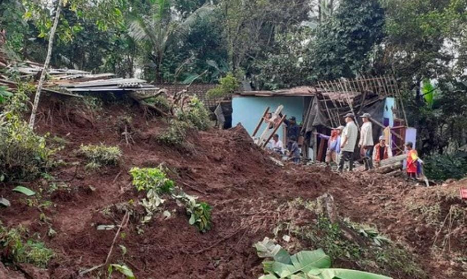 Bencana Tanah Longsor Melanda, Bocah 11 Tahun Terpendam Hidup Hidup