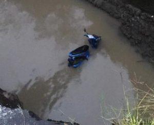 Cuek Dengan Penanda Jalan, Pengendara Motor Terperosok Ke Sungai
