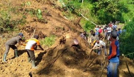 Perbukitan Setinggi 50 Meter Longsor Buat Aktifitas Lumpuh