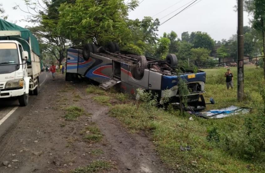 Bus Sumber Selamat Ugal Ugalan Berakhir Nyungsep11 Penumpang luka-luka