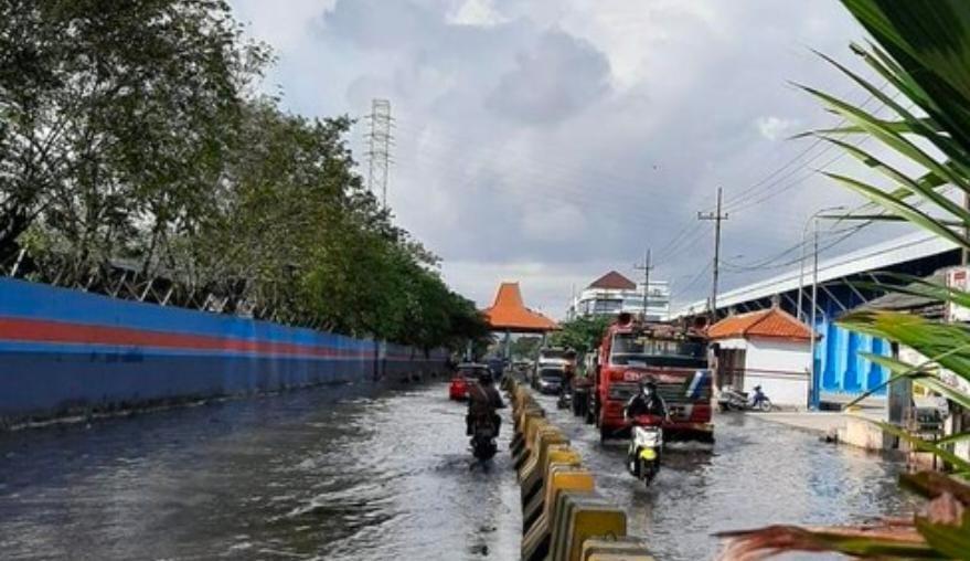 Surabaya Kembali Digenangi Banjir Rob Akibat Bulan Purnama