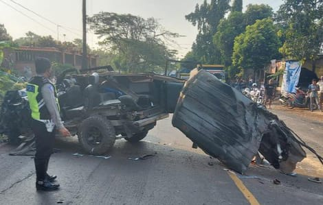 Kecelakaan MPV Isuzu Panther Vs Truk Tronton di Tuban 4 Orang Tewas