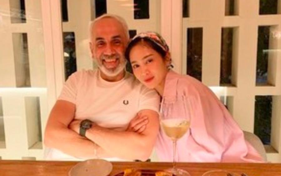 Bunga Zainal Blak Blakan Kemampuan Suami Di Ranjang Meski Usia Terpaut 18 Tahun Lebih Tua