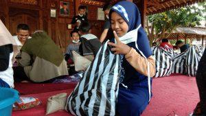 Kaisya Gadis Cilik Relawan Dapur Umum Peduli PPKM Pesantren Segoro Agung
