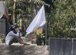Gulung Tikar Karena PPKM Pelaku Usaha Di Mojokerto Kompak Kibarkan Bendera Putih