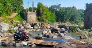 Jembatan Penghubung Dua Kecamatan Ambrol Tak Segera Diperbaiki, Warga Bangun Jembatan Berbahaya