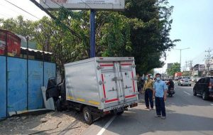 Kecelakaan Mobil Boks Tabrak Reklame di Sidoarjo, Sopirnya Langsung Tewas
