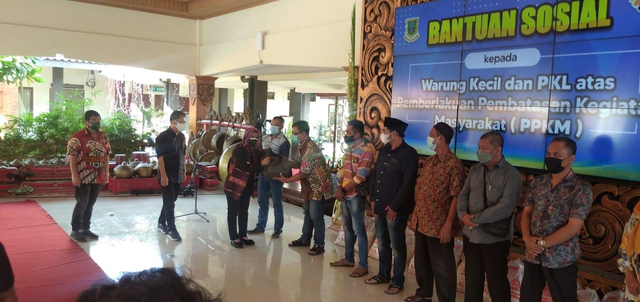Peduli Warga Terdampak PPKM Darurat Forum CSR Kota Mojokerto Bersama Pemkot Mojokerto Salurkan Bantuan 1000 Paket Sembako