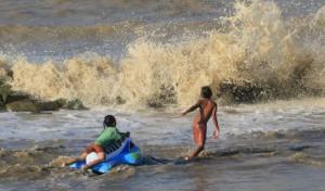 Awas ! Gelombang Tinggi 6 Meter Diprediksi Landa Perairan Jatim Hingga 2 Hari ke Depan