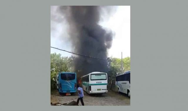 Bus di Surabaya Terbakar Akibat Bakar Bakar Sampah