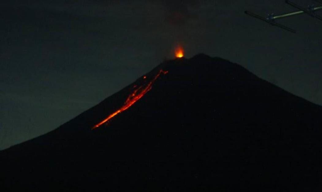 Gunung Semeru Terpantau Muntahkan Guguran Lava Pijar
