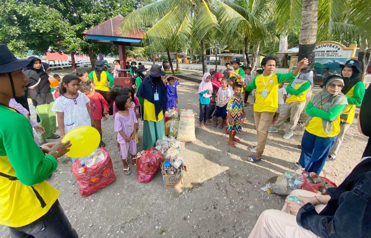 Perangi Pentingnya Sampah, Mahasiswa Kubermas Unkhair Buat Sekolah Pesisir