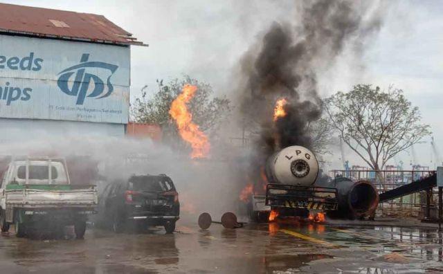 Mobil Calya Dan Truk Tangki Elpiji Terbakar