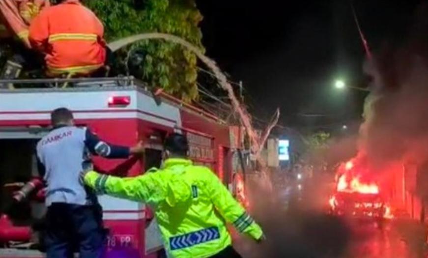 Ngeri ! Honda Brio Terbakar di Jl Kalimas Blitar Sempat Terjadi Ledakan