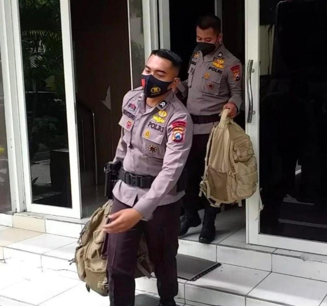 Petugas KPK dan Brimob Memindahkan Sejumlah Koper dan Tas, Diduga Berisi Barang Bukti Kasus Suap Bupati Probolinggo
