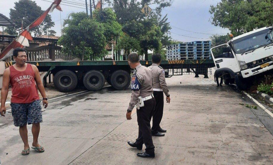Truk Trailer Tergelincir di Jalan Pantura Tuban Bikin Macet