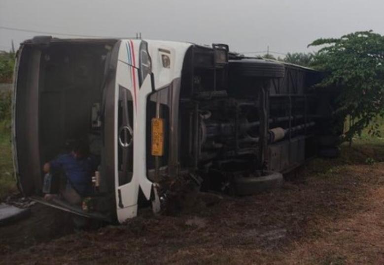 Bus Tentrem Terguling di Tol Waru, Akibat Hujan Deras Dan Licin